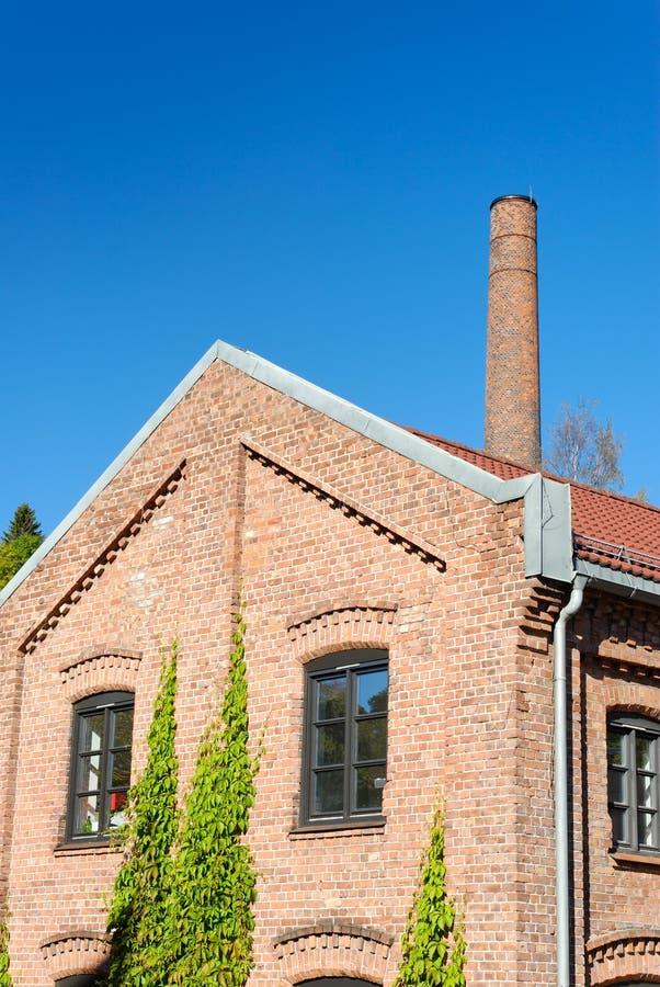 Edificio y chimenea de la fábrica imagen de archivo libre de regalías