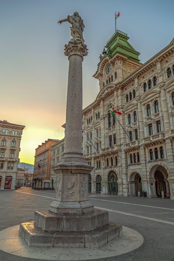 Edificio y Colonna Carlo de ayuntamiento VI Asburgo, Trieste, Italia fotografía de archivo libre de regalías