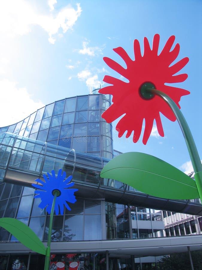 Edificio y flores