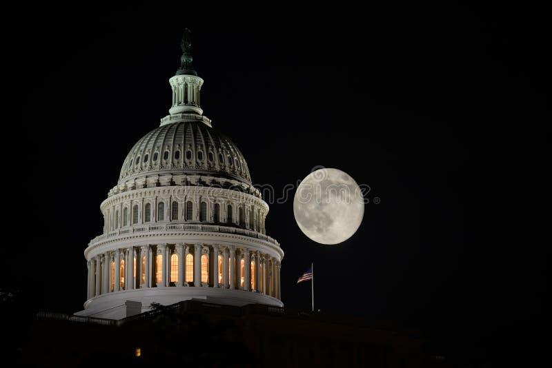 Edificio y Luna Llena - Washington DC del capitolio de Estados Unidos imagenes de archivo