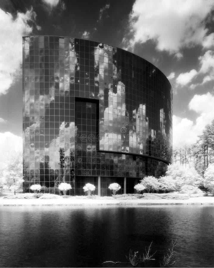 Edificio y nubes imagenes de archivo