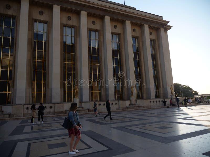 Edificio y piso de Place du Trocadero fotos de archivo