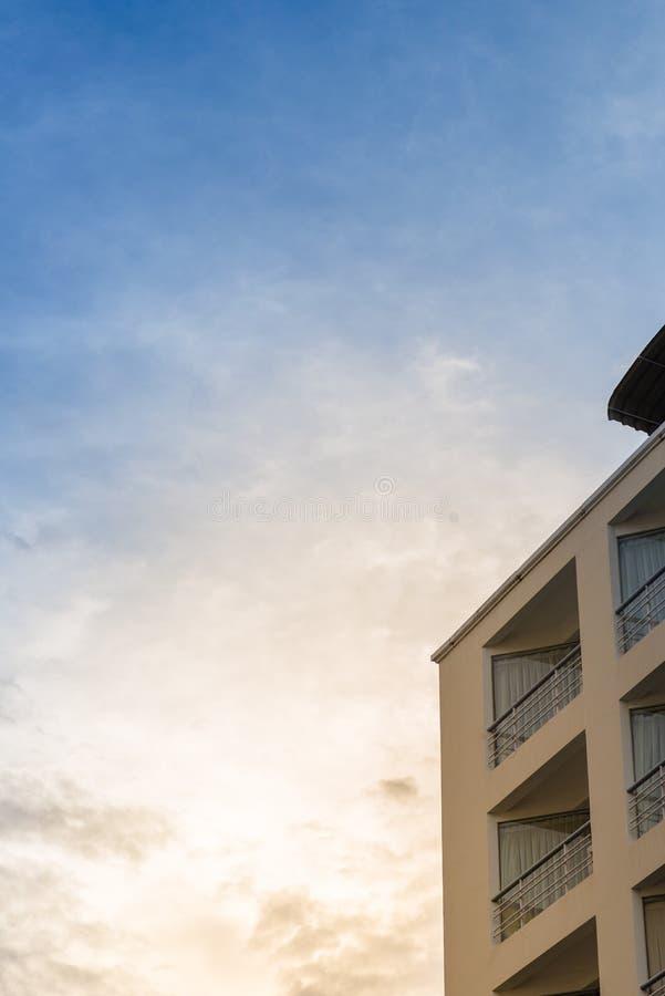 Edificio y puesta del sol foto de archivo