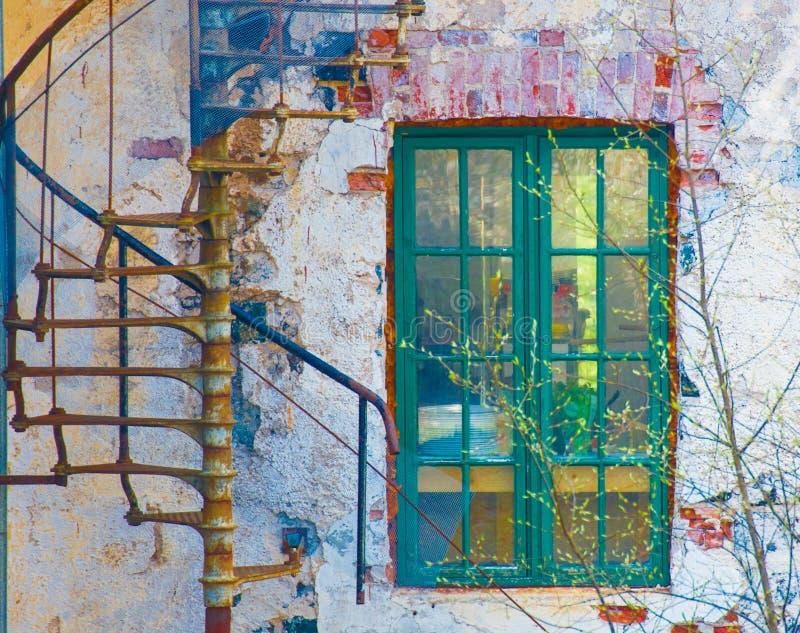 Edificio y ventana muy viejos foto de archivo libre de regalías