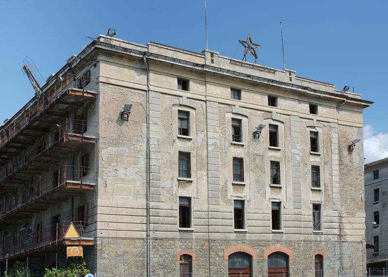 Edificios abandonados en puerto viejo en Trieste, Italia imagenes de archivo