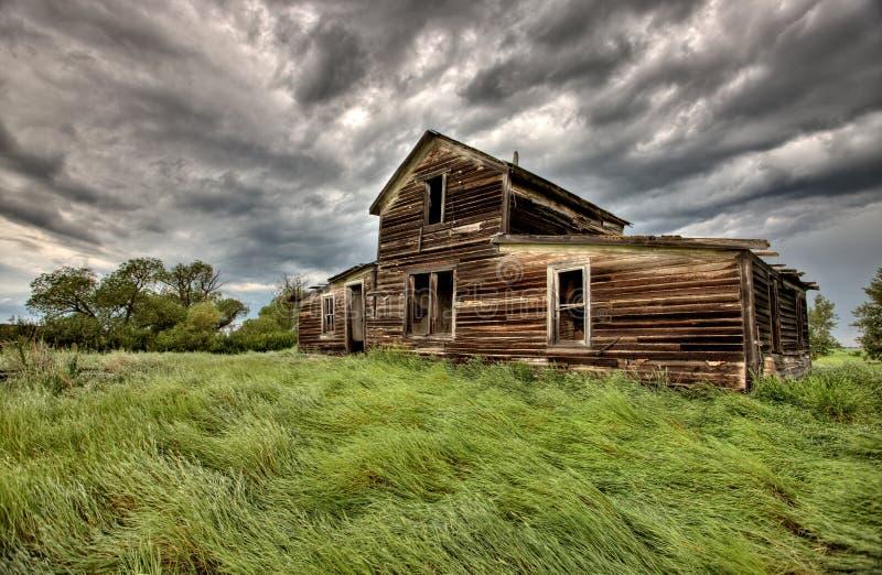 Edificios agrícolas abandonados fotografía de archivo