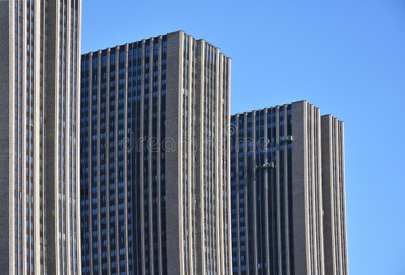 Edificios altos de tres niveles foto de archivo libre de regalías