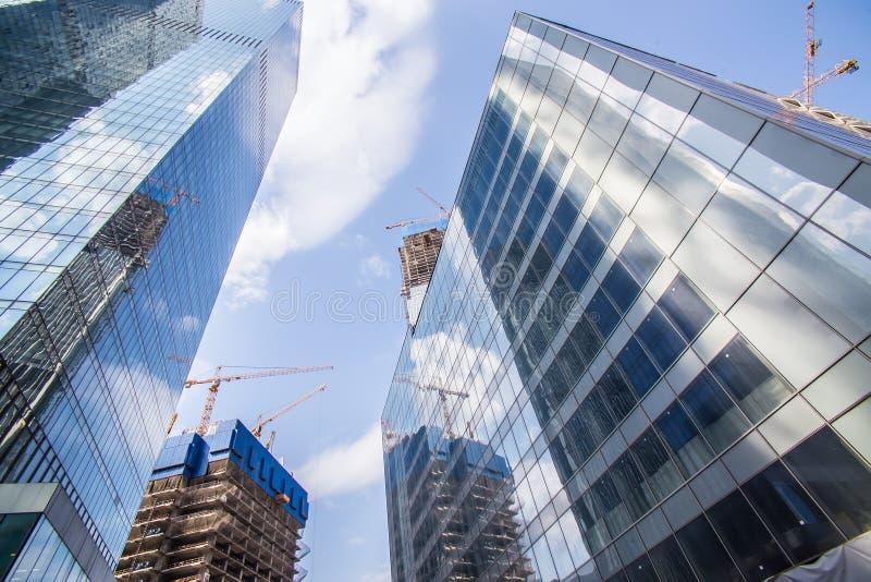 Edificios altos del nuevo centro de negocios bajo construcción imagenes de archivo