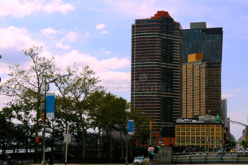 Edificios altos hermosos en un día soleado en Nueva York fotografía de archivo libre de regalías