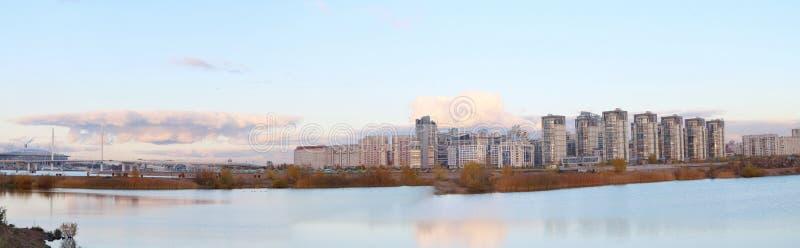 Edificios altos urbanos de los bloques del panorama en la playa imagenes de archivo