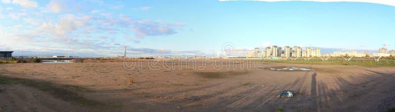 Edificios altos urbanos de los bloques del panorama en la playa imagen de archivo libre de regalías