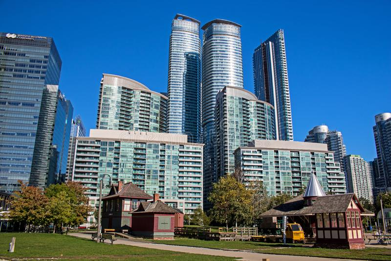 Edificios altos y museo del carril en Toronto céntrico, Ontario imágenes de archivo libres de regalías