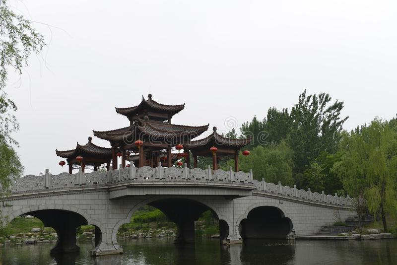 Edificios antiguos en el puente de tres agujeros imágenes de archivo libres de regalías