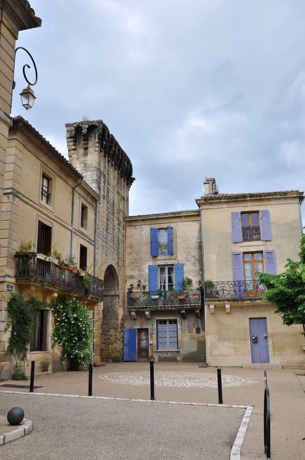 Edificios atractivos en Remoulins, Francia imagen de archivo libre de regalías