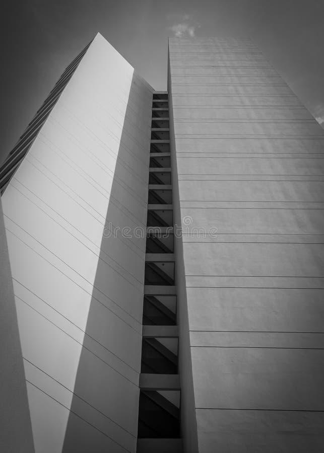 Edificios blancos y negros con sombrear de las luces imagen de archivo