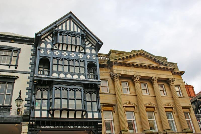 Edificios blancos y negros en una calle en Chester fotografía de archivo