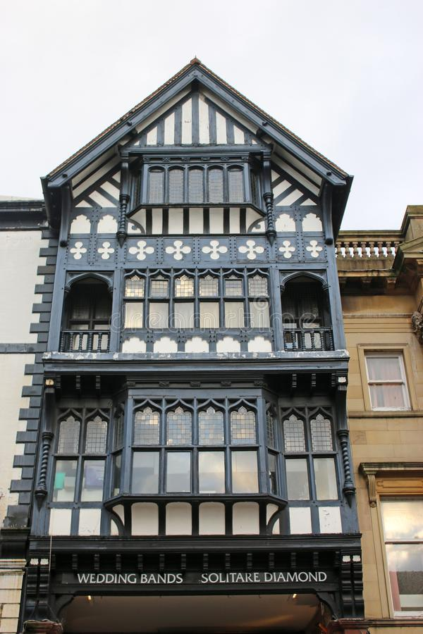 Edificios blancos y negros en una calle en Chester fotos de archivo libres de regalías
