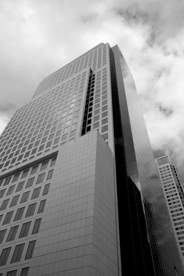 Edificios céntricos blancos y negros foto de archivo