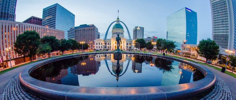 Edificios céntricos del horizonte de St. Louis en la noche imagen de archivo libre de regalías