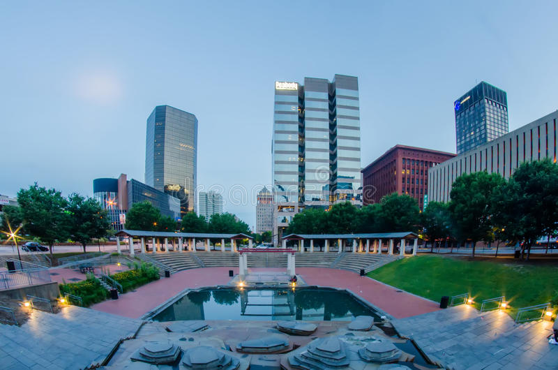 Edificios céntricos del horizonte de St. Louis en la noche imágenes de archivo libres de regalías