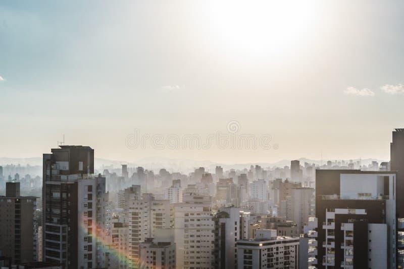Edificios cerca de la avenida de Paulista, en Sao Paulo, el Brasil el Brasil foto de archivo