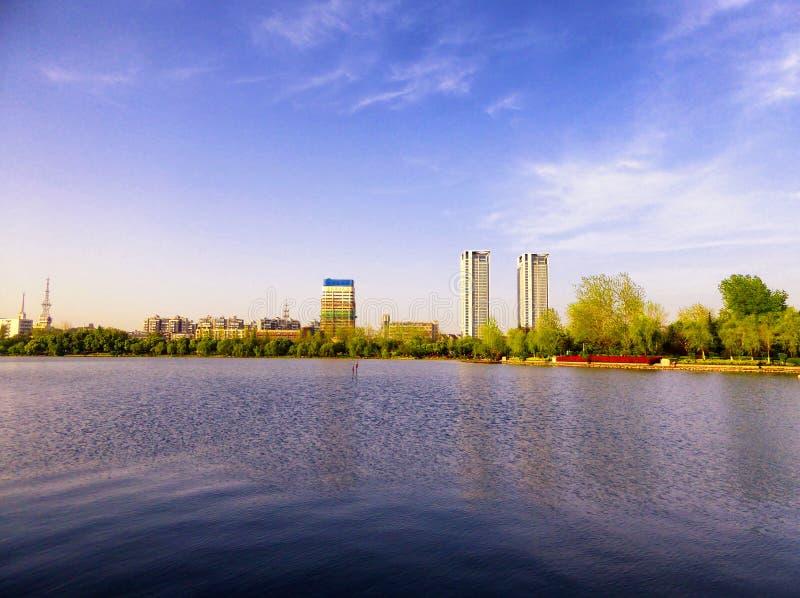 Edificios cerca del lago Xuanwu imagen de archivo libre de regalías