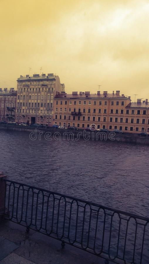 Edificios cerca del río foto de archivo libre de regalías