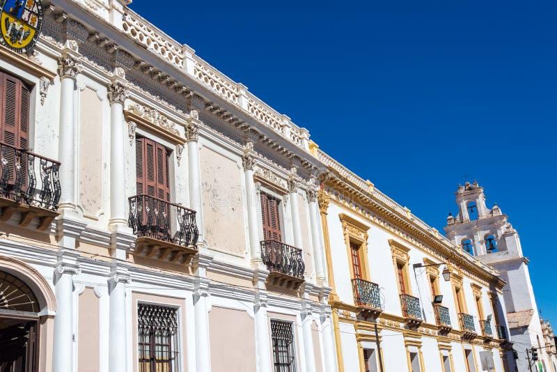 Edificios coloniales blancos imagenes de archivo