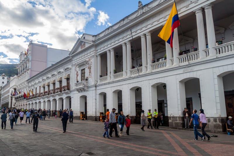 Edificios coloniales viejos en grande cuadrado de la plaza en Quito imágenes de archivo libres de regalías
