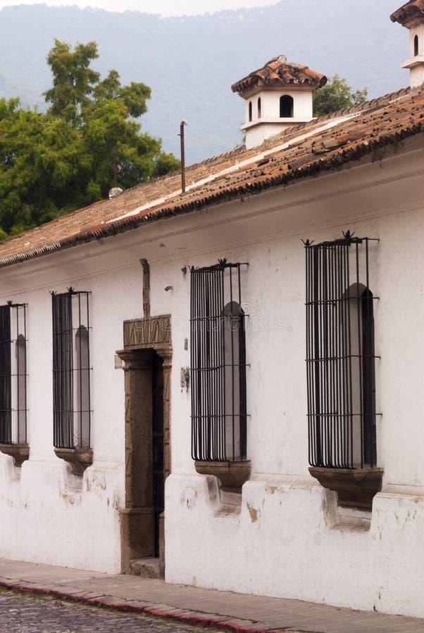Edificios coloniales y calles cobbled en Antigua, Guatemala, America Central imagen de archivo