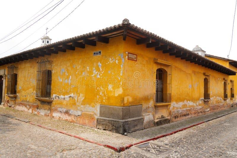 Edificios coloniales y calles cobbled en Antigua Guatemala, America Central, América latina Las opiniones cobbled las calles, arq imagen de archivo