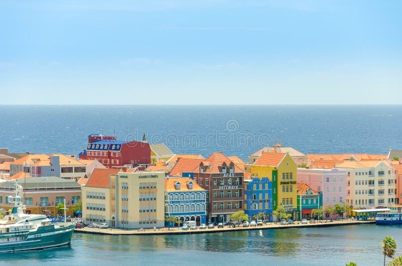 Edificios coloreados de Willemstad céntricos con las fachadas en Curaçao foto de archivo