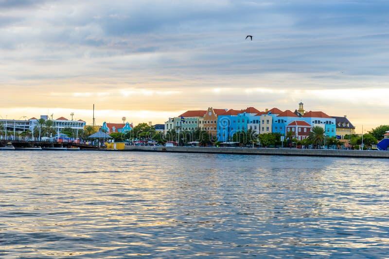 Edificios coloridos en el centro de la ciudad de Willemstad, Cura?ao, Pa?ses Bajos Antillas, una peque?a isla caribe?a - destino  fotos de archivo libres de regalías