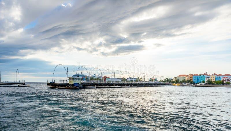 Edificios coloridos en el centro de la ciudad de Willemstad, Cura?ao, Pa?ses Bajos Antillas, una peque?a isla caribe?a - destino  foto de archivo libre de regalías