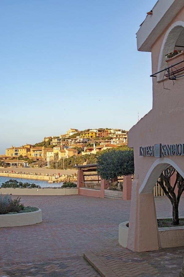 Edificios coloridos en el puerto en Porto Cervo Cerdeña Italia fotografía de archivo libre de regalías