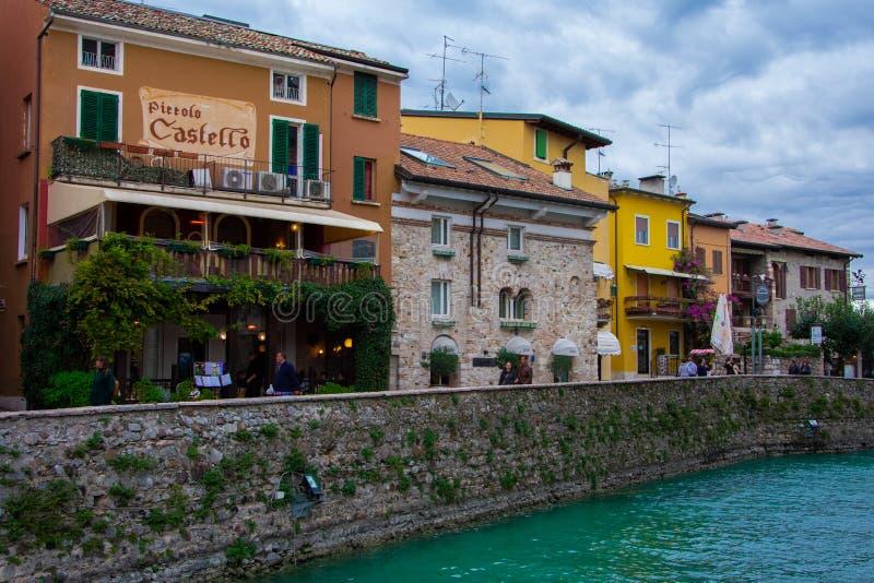 Edificios coloridos en una ciudad de vacaciones, Sirmione imagen de archivo libre de regalías