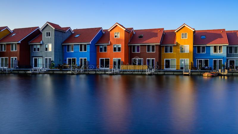 Edificios coloridos fant?sticos en el agua en la hora azul, Groninga, Pa?ses Bajos imagen de archivo