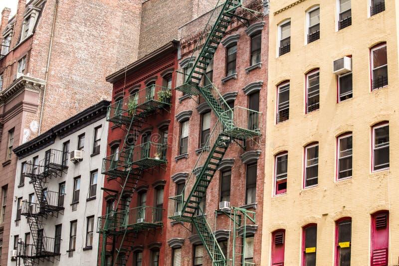 Edificios coloridos viejos con la salida de incendios, NYC, los E.E.U.U. imagenes de archivo