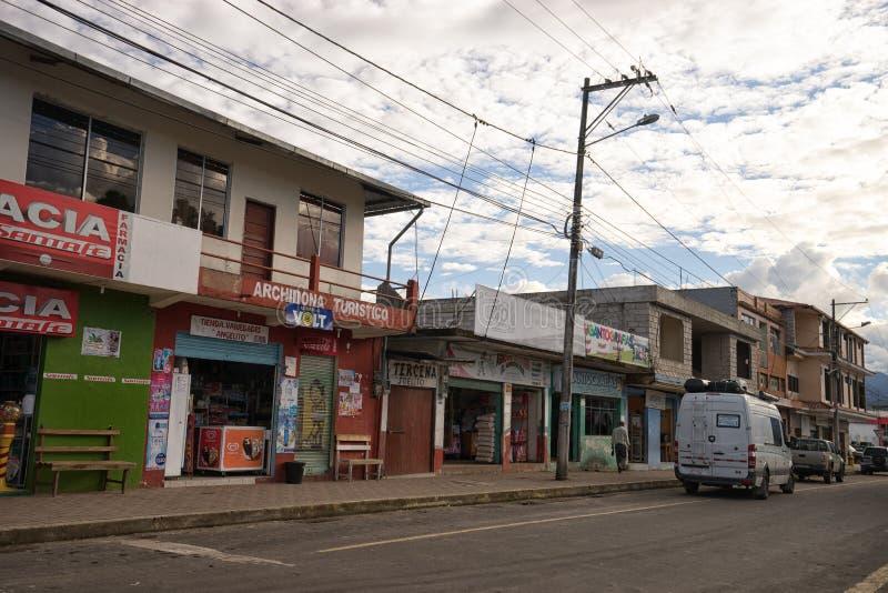 Edificios comerciales en el centro de Archidona Ecuador imagenes de archivo