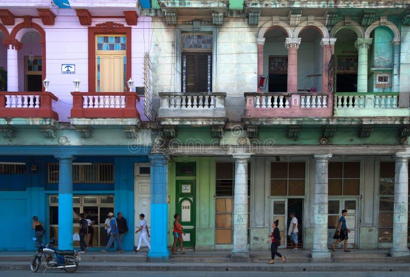 Edificios con las columnas en La Habana en Cuba imagenes de archivo