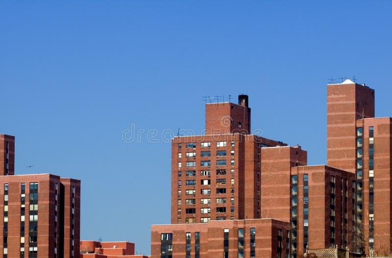 Edificios de Brown contra el cielo azul fotografía de archivo