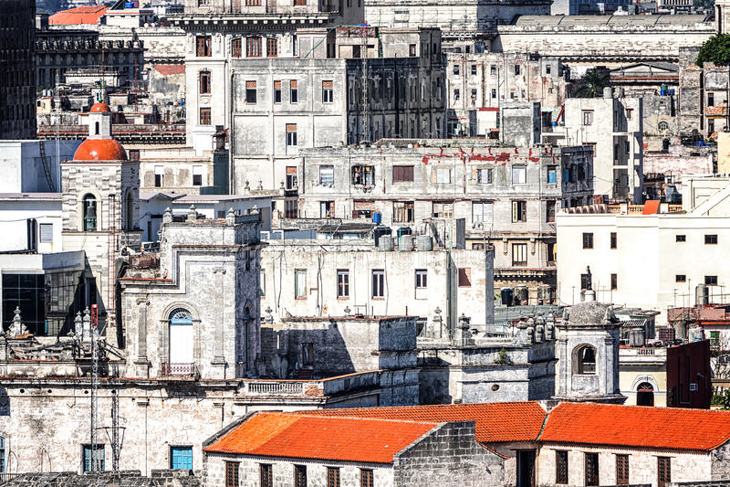 Edificios de decaimiento viejos en La Habana imagenes de archivo