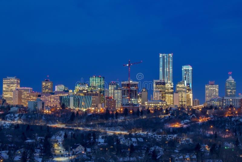 Edificios de Edmonton que se encienden encima de la noche imagenes de archivo