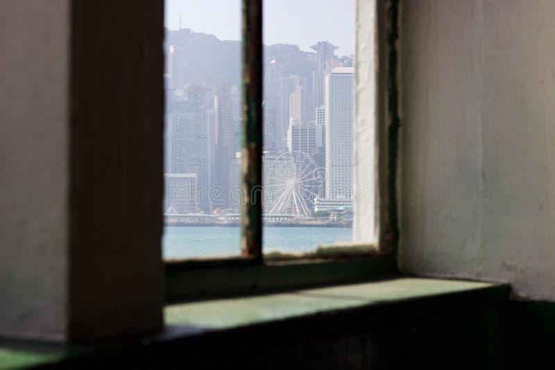 Edificios de Hong Kong Island de la ventana de la terminal de transbordadores de la estrella fotografía de archivo libre de regalías