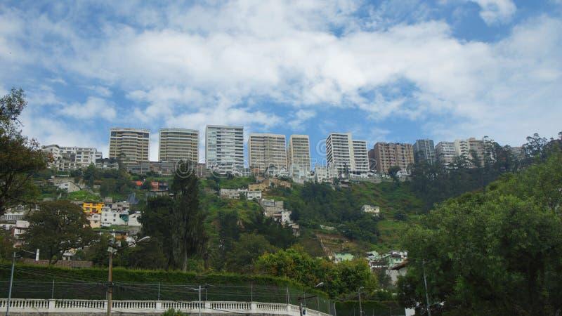 Edificios de la avenida de Gonzalez Suárez en la ciudad de Quito vista de la vecindad de Guapulo fotografía de archivo
