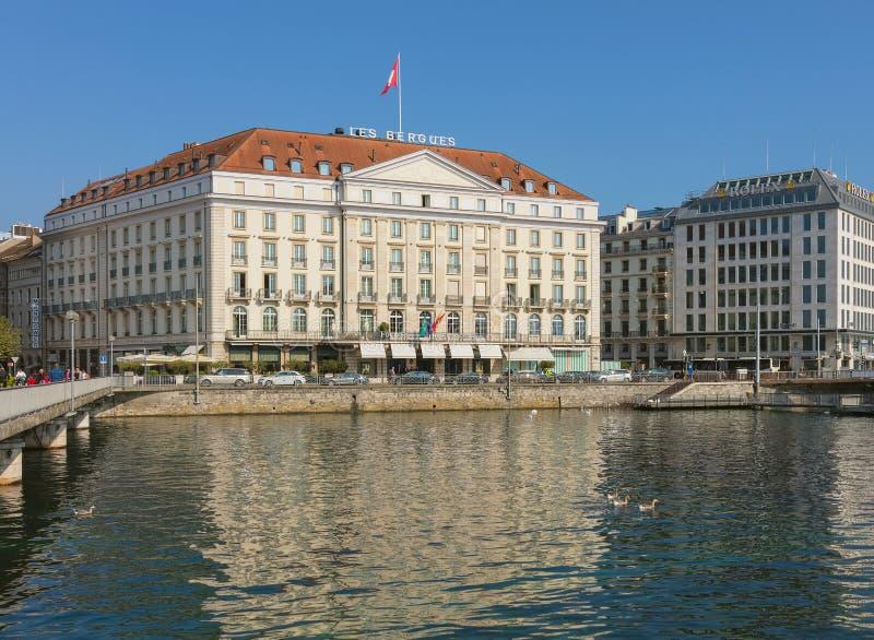 Edificios de la ciudad de Ginebra a lo largo del río Rhone foto de archivo