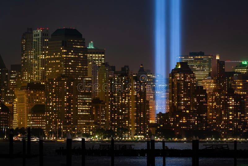 Edificios de la ciudad de Nueva York con el detalle del ensayo 'Tributo en la luz' en el bajo Manhattan fotos de archivo