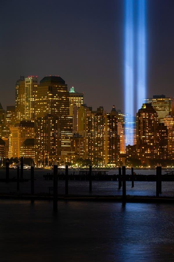 Edificios de la ciudad de Nueva York con el detalle del ensayo 'Tributo en la luz' en el bajo Manhattan imagen de archivo libre de regalías