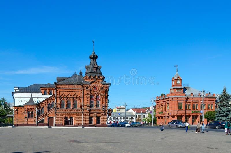 Edificios de la Duma anterior de la ciudad y del banco de ahorros de Rusia en el cuadrado de Sobornaya, Vladimir, anillo de oro d fotografía de archivo