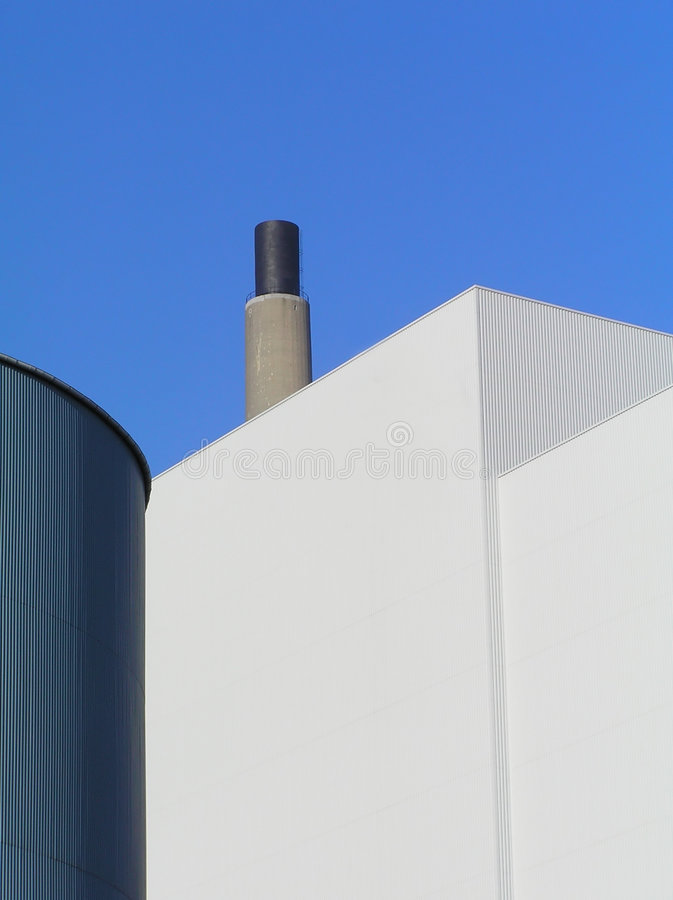 Edificios de la fábrica con la chimenea imágenes de archivo libres de regalías